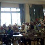 笑顔いっぱい:おじいちゃんおばあちゃん〈たのしい教育〉を思い切りたのしむ/老人会で盛り上がる